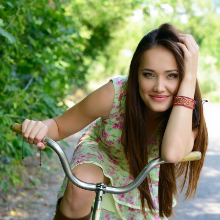 Photo pour Happy young beautiful woman with retro bicycle, summer outdoor - image libre de droit
