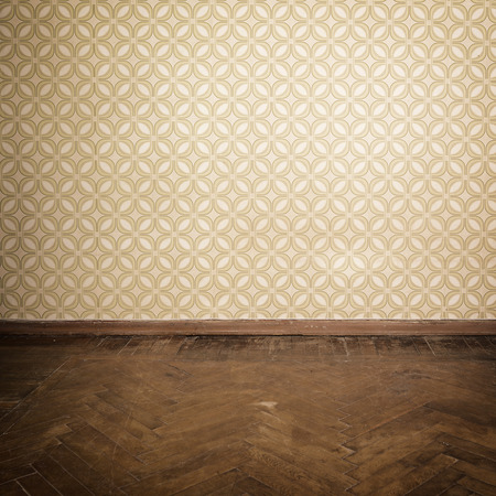 Photo pour Vintage room, empty retro apartment with old fashioned wallpaper and weathered wooden parquet floor, toned - image libre de droit