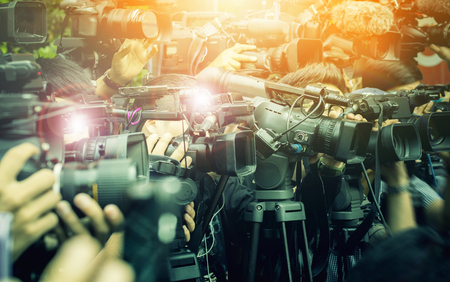 Photo pour large number of press and media reporter in broadcasting event - image libre de droit
