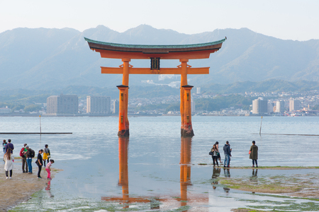 Foto für HIROSHIMA JAPAN - November 11, 2018 : Tourist to see Floating torii gate and pray of Itsukushima Shrine at Miyajima island Hiroshima, Japan - Lizenzfreies Bild