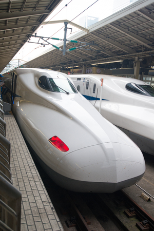 Photo pour TOKYO, JAPAN - NOVEMBER 06, 2018: Shinkansen bullet train at Tokyo Station, Japan - image libre de droit
