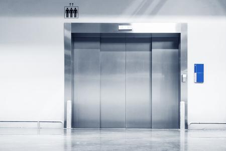 Foto de Steel door of elevator in department store. - Imagen libre de derechos