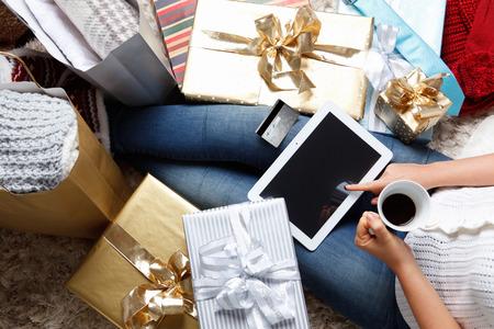 Photo pour Woman ordering online with credit card - image libre de droit