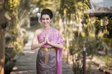 Photo pour Beautiful Thai girl in Thai traditional costume - image libre de droit