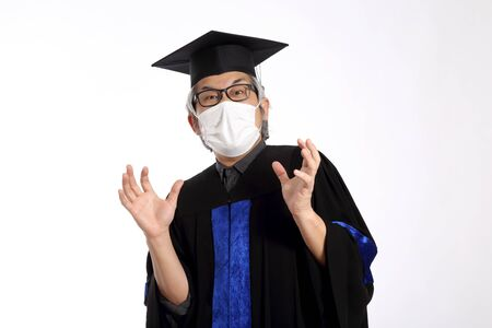 Photo pour The Asian man with graduation gown.. - image libre de droit