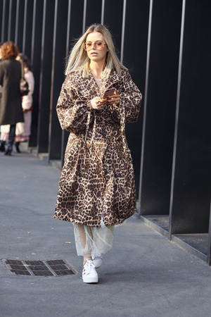 Foto per MILAN, ITALY - FEBRUARY 21: A fashionable person is seen outside Gucci during Milan Fashion Week Fall/Winter in Milan, Italy. - Immagine Royalty Free