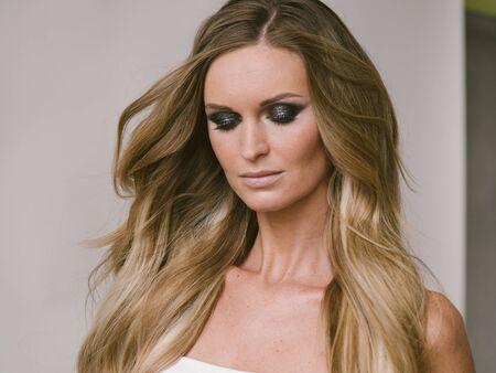 Photo pour Beautiful woman long hair blonde natural portrait with beauty makeup. Studio shot. - image libre de droit