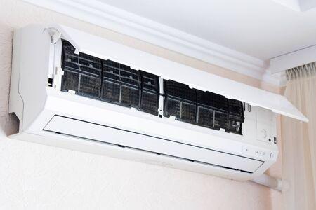 Photo pour Home air conditioner open for cleaning - image libre de droit