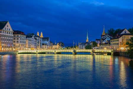 Foto de Night cityscape with Limmat river of the historical Zurich city, Switzerland - Imagen libre de derechos