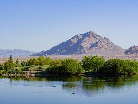 Photo pour Sunny view of the Frenchman Mountain at Las Vegas, Nevada - image libre de droit