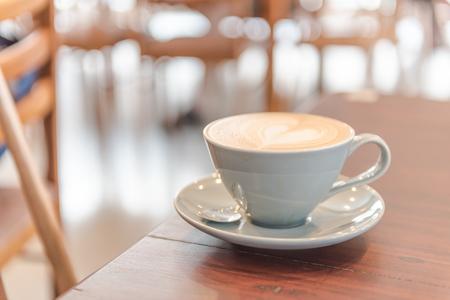 Photo pour close up  latte coffee.  at shop or cafe - image libre de droit