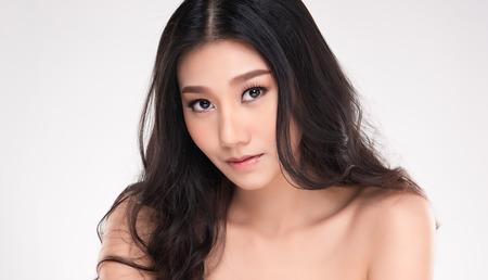Foto de Beautiful Young Asian Woman with Clean Fresh Skin look away, Girl beauty face care. Facial treatment, Cosmetology, beauty and spa. - Imagen libre de derechos