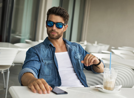 Photo pour Young handsome man in sunglasses - image libre de droit