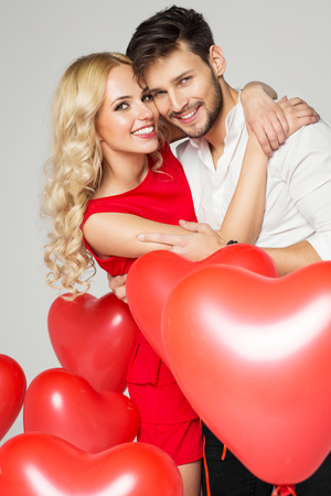 Foto de Portrait of smiling couple. Valentine's day - Imagen libre de derechos