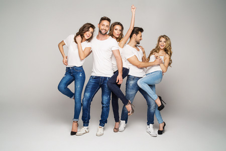 Photo pour Group of young beautiful people smiling and having fun together - image libre de droit