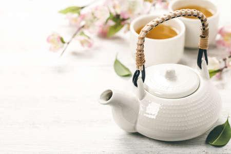 Photo pour Chinese Tea Set and pink sakura blossom - image libre de droit