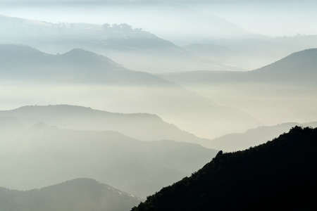 Photo pour Misty mountains hills and canyons north of Chatsworth in Los Angeles, California. - image libre de droit