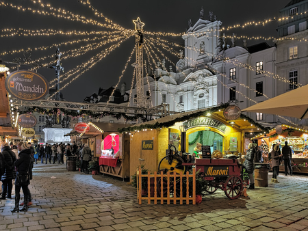 Photo pour VIENNA, AUSTRIA - DECEMBER 8, 2016: Am Hof Christmas market in evening. Am Hof, one of the oldest squares in Vienna, accomodates this market focusing on handcrafted goods and contemporary artwork. - image libre de droit