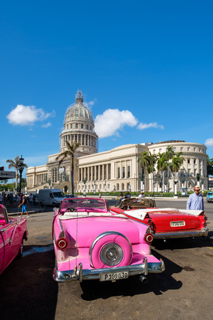 Photo pour Group of colorful old classic cars near the Capitol in Old Havana - image libre de droit