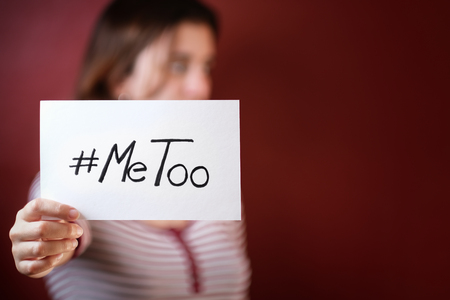 Photo pour Young adult woman holding a sign with the hashtag MeToo - her face is out of focus - image libre de droit