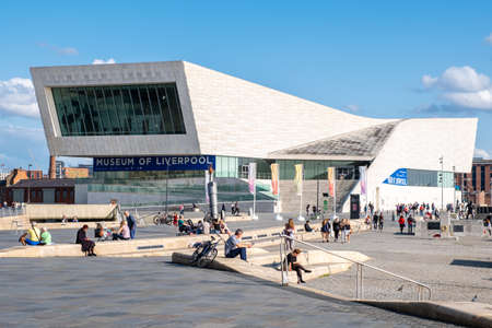 Photo pour The Museum of Liverpool at the Pier Head next to the Mersey River - image libre de droit