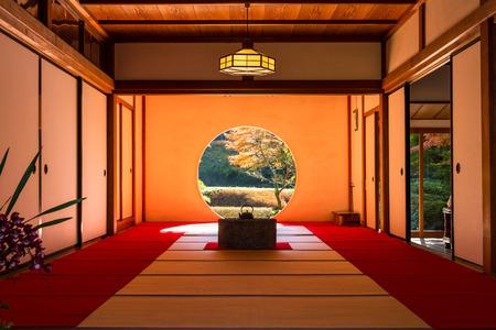 Photo pour KANAGAWA, Japan - DEC 5, 2015: A interior view of Japanese tearoom in Autumn - image libre de droit