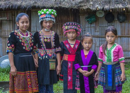 Foto de BAM NA OUAN , LAOS - AUG 13 : Girls from the Hmong Minority in Bam Na Ouan village Laos on August 13 2018. The Hmong minority is one of the 49 ethnic groups of Laos - Imagen libre de derechos