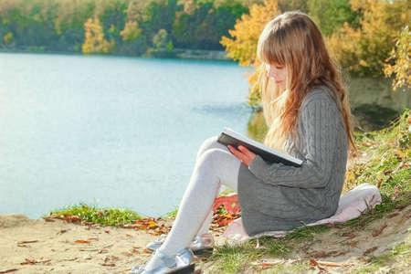 Photo pour Happy child reading book on nature education in park travel - image libre de droit