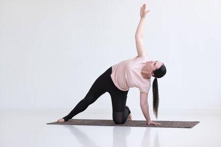 Photo pour woman doing Side Plank Posture, Pose of Vashista, Vasisthasana - image libre de droit