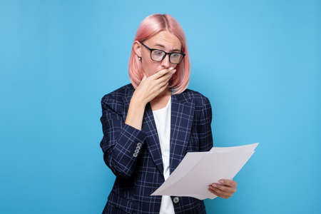 Foto de Shocked, funny looking business woman, can not believe her eyes reading financial documents - Imagen libre de derechos