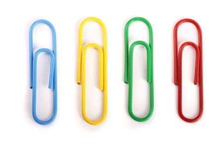 Foto de colored paper clips isolated on white background - Imagen libre de derechos