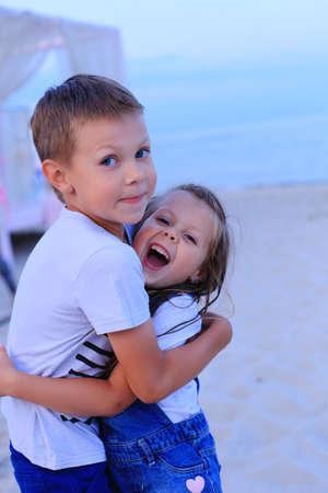 Foto de Two children stand on the seashore in summer. - Imagen libre de derechos