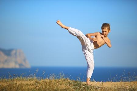 Photo pour boy karate on the coast - image libre de droit