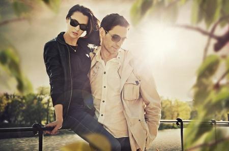 Foto de Attractive young couple wearing sunglasses - Imagen libre de derechos