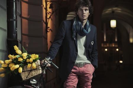 Foto de Young stylish guy next to bicycle - Imagen libre de derechos