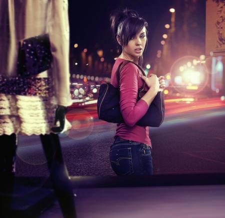 Foto de Walking woman looking at shop window - Imagen libre de derechos