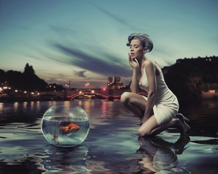 Photo pour Beauty lady with gold fish - image libre de droit