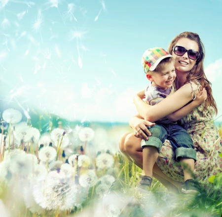 Photo pour Pretty mom huging her small lovely kid - image libre de droit