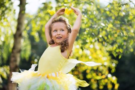 Photo pour Portrait of cute small female ballet dancer - image libre de droit