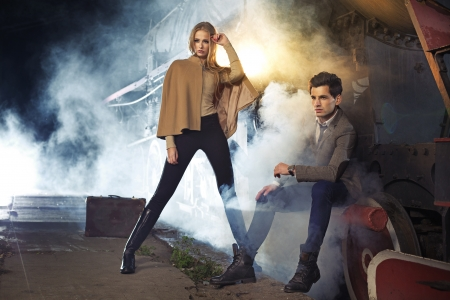 Foto de Fashion photo of two models next to the engine - Imagen libre de derechos