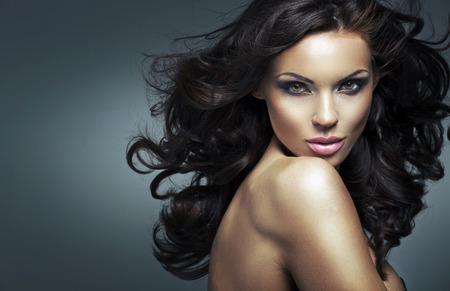 Foto de Portrait of a young brunette lady - Imagen libre de derechos