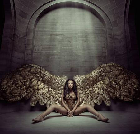 Foto de Brunette woman sitting on the dark floor - Imagen libre de derechos