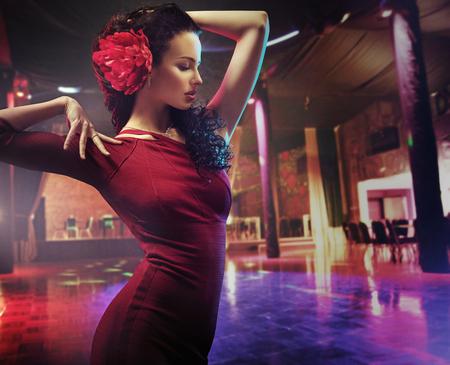 Photo pour Portrait of a practicing brunette dancer - image libre de droit
