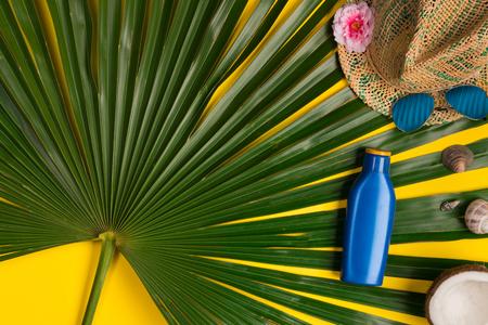 Photo pour sunscreen, glasses, hat on yellow background, top view. - image libre de droit