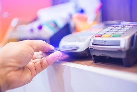 Photo pour Hand put credit card In slot of credit card reader, credit card payment, buy and sell products & service, the concept of payment without cash, selective focus. - image libre de droit