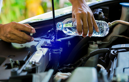 Photo pour hands of Mechanic Check water in Car radiator and Add water to car radiator, Service and maintenance of cars or vehicles, selective focus. - image libre de droit