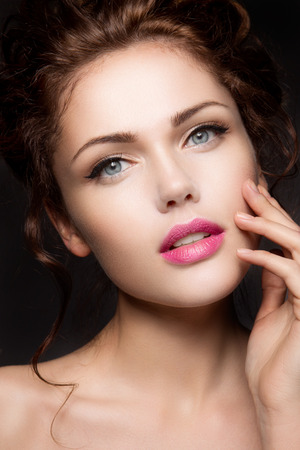 Photo pour Close-up portrait of beautiful woman with bright make-up and pink lips - image libre de droit