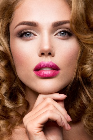 Photo pour Glamour portrait of beautiful girl model with makeup and romantic wavy hairstyle. Fashion shiny highlighter on skin, sexy gloss lips make-up and dark eyebrows. - image libre de droit