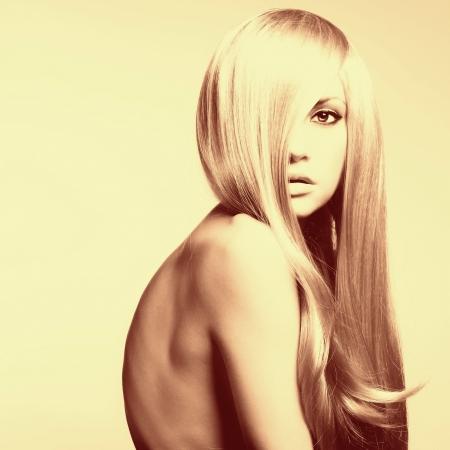 Photo pour a young beautiful woman with magnificent hair - image libre de droit