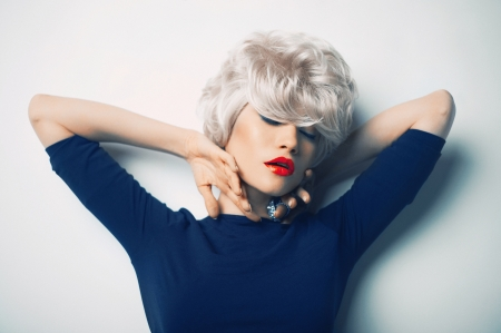 Foto de Beautiful sexy blonde with red lipstick lying on the floor - Imagen libre de derechos